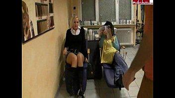 Brunette vastgebonden en anaal geneukt op de bank in panty's